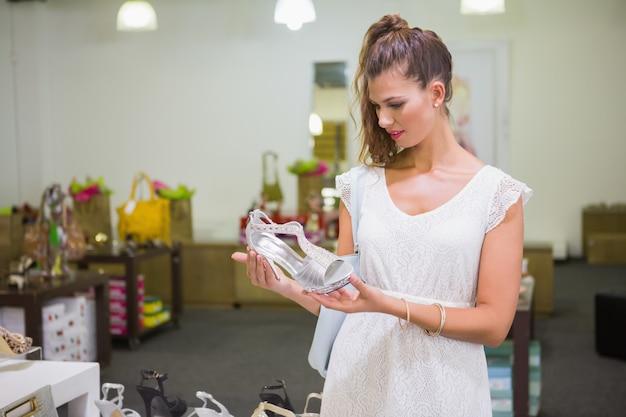 Kobieta, patrząc na sandały na wysokim obcasie