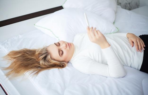 Kobieta, patrząc na test ciążowy po wyniku