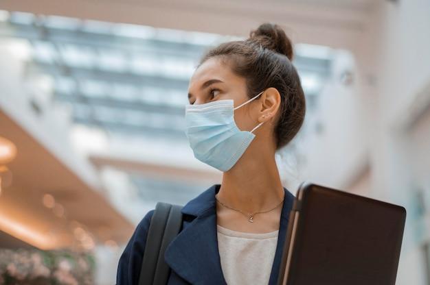 Kobieta patrząc od maski z maską