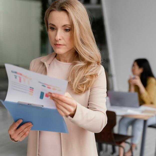 Kobieta patrząc przez infografiki