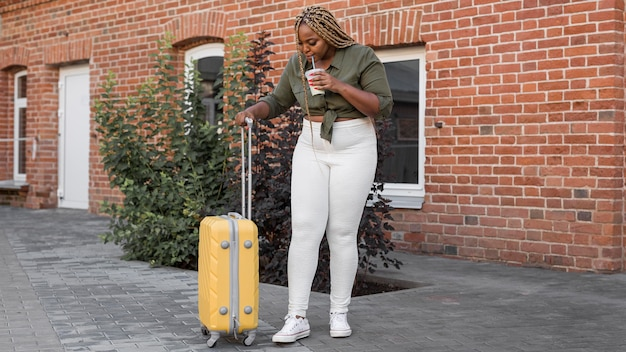 Kobieta patrząc w dół do swojego bagażu