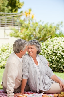 Kobieta patrzeje jej męża w ogródzie