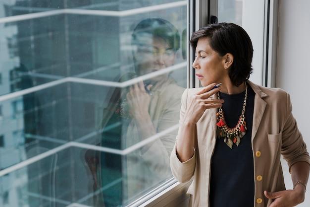 Kobieta patrzeje kolię środka strzał z kolią