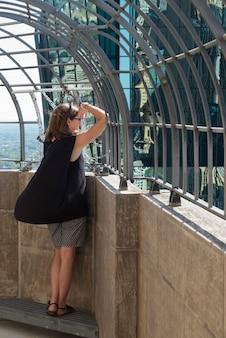 Kobieta patrzeje miasto widok przez poręczy, minneapolis, hennepin okręg administracyjny, minnestoa, usa