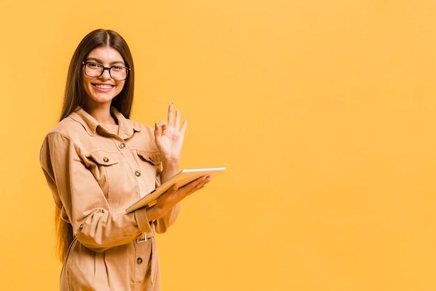 Kobieta patrzeje na pastylce w studiu