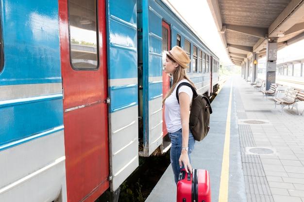 Kobieta patrzeje pociąg