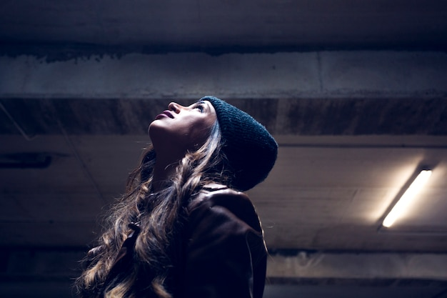 Kobieta patrzeje sufit podziemny parking