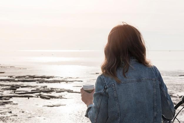 Kobieta patrzeje zamarzniętego morze