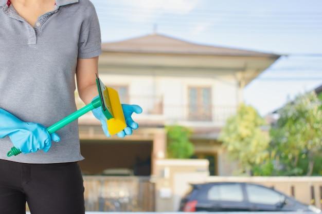 Kobieta personelu sprzątającego w domu niewyraźne tło metafora do czyszczenia