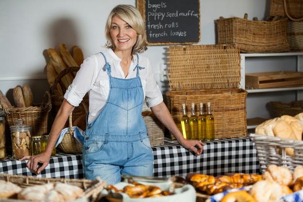 Kobieta personelu stojącego w sekcji piekarni