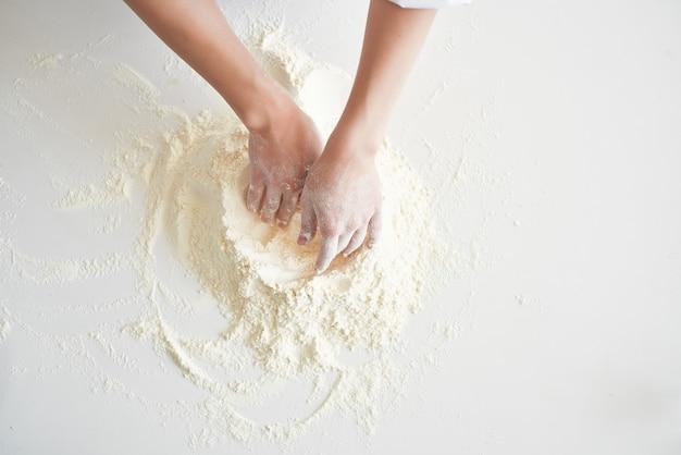 Kobieta piekarz pracuje z ciasta w kuchni gotowanie ciasta