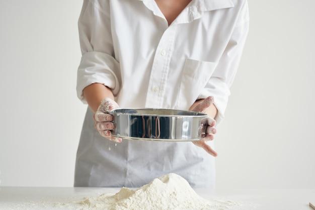 Kobieta piekarz przesiać mąkę gotowanie ciasta posiłek
