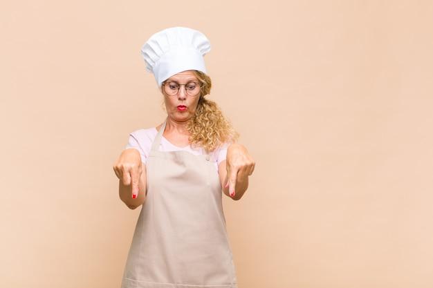 Kobieta piekarz skierowany w dół obiema rękami