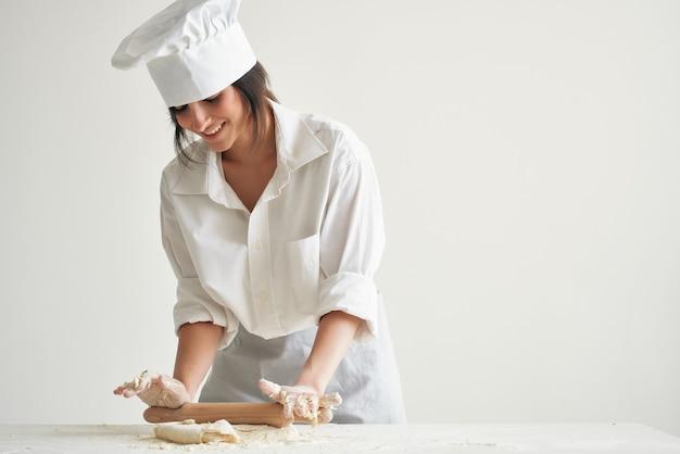 Kobieta piekarz szef kuchni robi ciasto do pizzy i makaron