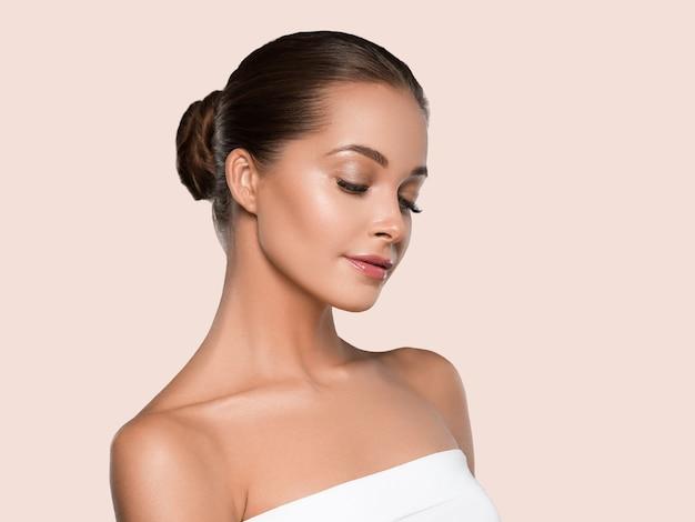 Kobieta piękna twarz zdrowej skóry naturalny makijaż piękny młody model. kolor tła.