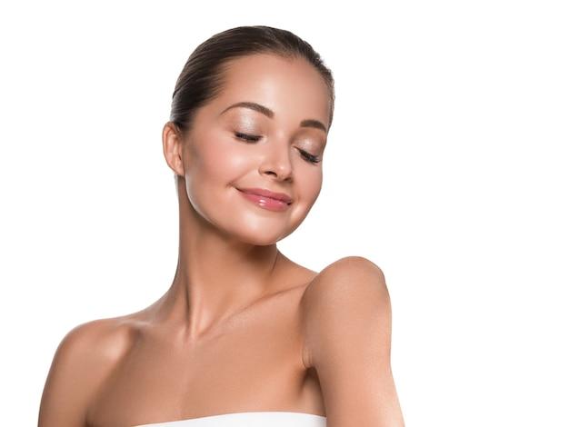 Kobieta piękna twarz zdrowej skóry naturalny makijaż piękny młody model. na białym tle.