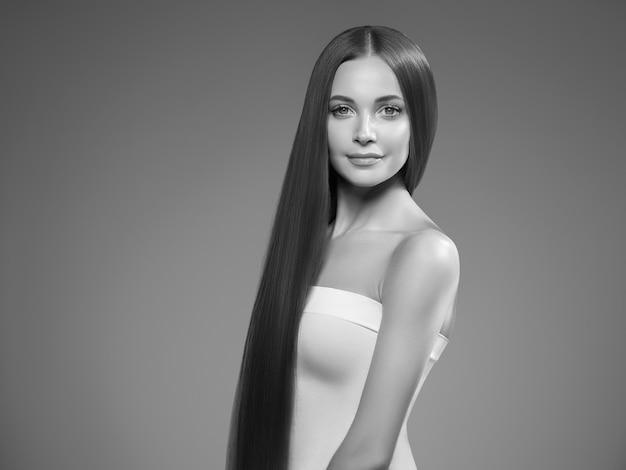Kobieta piękna twarz zdrowej skóry naturalny makijaż piękny młody model. strzał studio. monochromia. szary. czarny i biały.