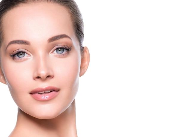 Kobieta piękna twarz zdrowej skóry naturalny makijaż piękny młody model. strzał studio.