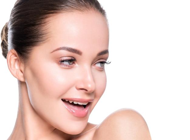 Kobieta Piękna Twarz Zdrowej Skóry Naturalny Makijaż Piękny Młody Model. Strzał Studio. Premium Zdjęcia
