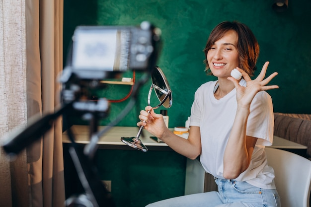 Kobieta piękna vlogger filmuje vlog o kremach
