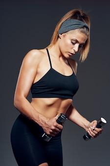 Kobieta piękne ciało sportowca, zawyżone ciało, studio