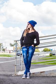 Kobieta piękny model w kapeluszu i okularach przeciwsłonecznych w mieście. styl, casual, moda, miejski