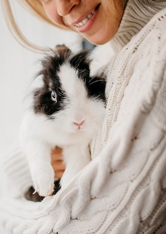 Kobieta, pieszczoty uroczego królika