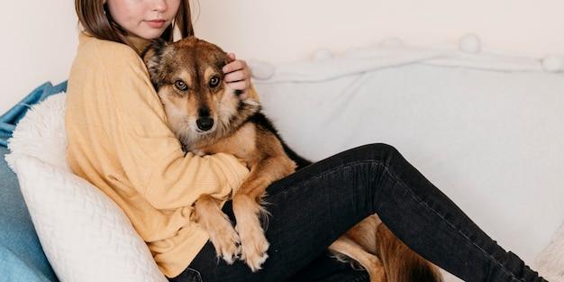 Kobieta, pieszczoty uroczego psa