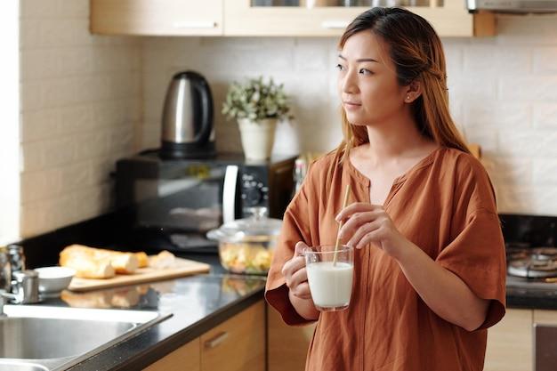Kobieta pijąca mleko