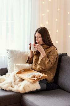 Kobieta pije herbatę