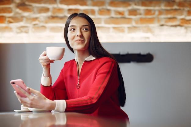 Kobieta pije kawę rano w restauracji