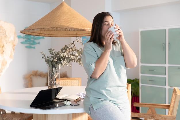 Kobieta pije kawę średni strzał