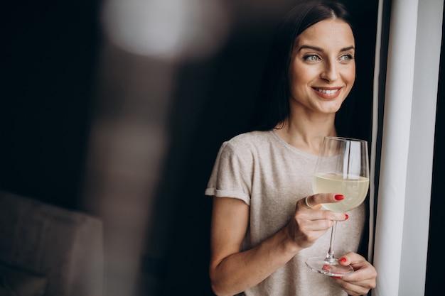 Kobieta pije lemoniadę w domu