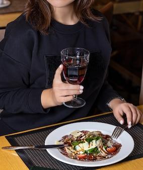 Kobieta pije sok z sałatką rybną