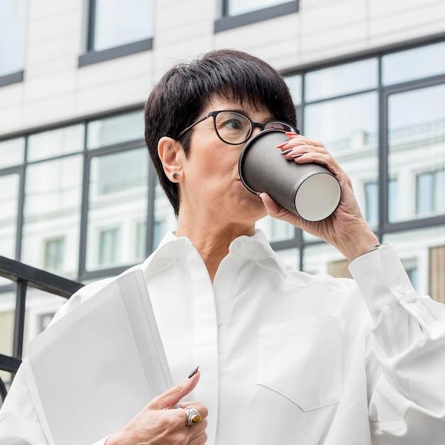 Kobieta pije z filiżanki kawy