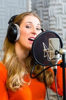 Kobieta piosenkarka lub muzyk do nagrywania w studio