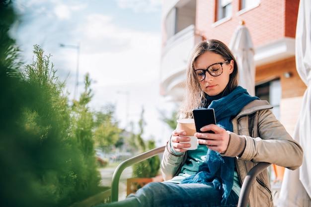 Kobieta pisania na inteligentny telefon