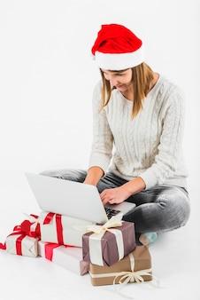 Kobieta pisania na laptopa