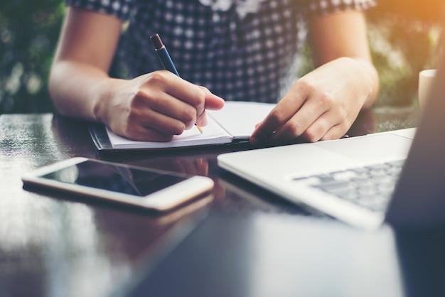 Kobieta pisania na notebooku