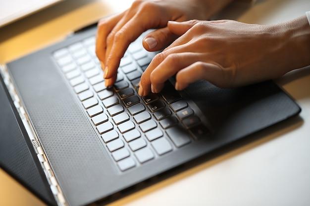 Kobieta pisze na komputerze przenośnym