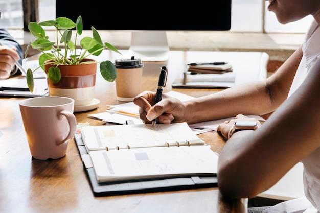 Kobieta pisze na osobistym harmonogramie organizatora