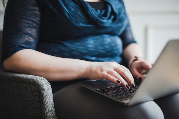 Kobieta pisze na swoim laptopie