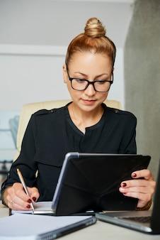 Kobieta pisze w dokumencie