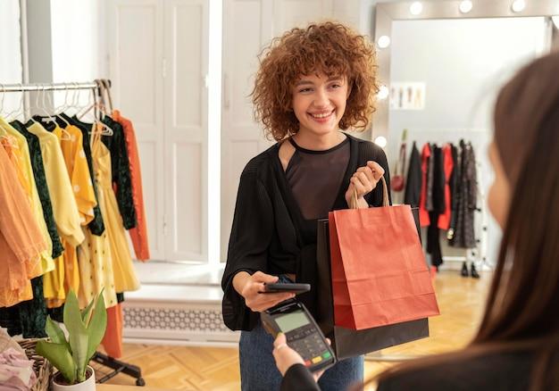 Kobieta płaci za ubrania