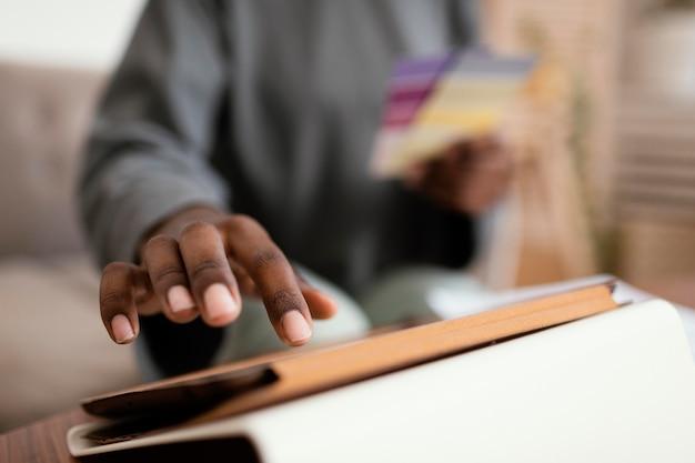 Kobieta planuje remont domu za pomocą tabletu i palety kolorów