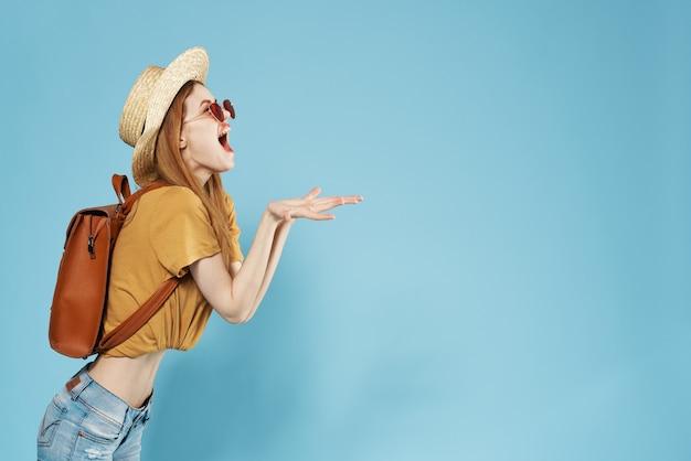 Kobieta plecak turystyczny moda podróżna letnie ubrania ciemne okulary przeciwsłoneczne