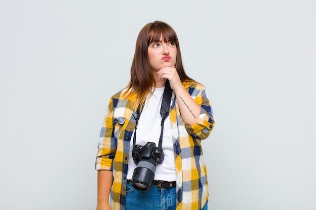 Kobieta plus size myśli, czuje się niepewna i zdezorientowana, ma różne opcje, zastanawia się, jaką decyzję podjąć