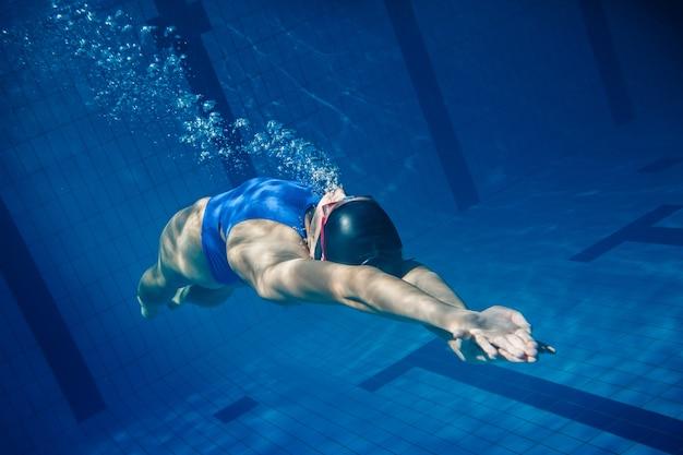 Kobieta pływak pod wodą