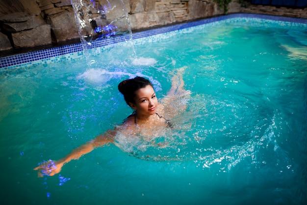 Kobieta, pływanie w basenie i patrząc