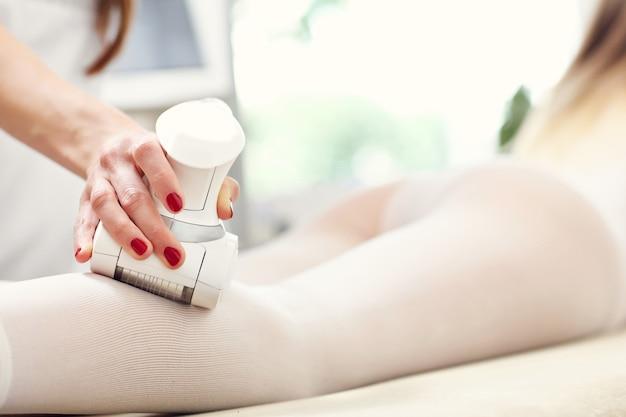 Kobieta po leczeniu łydek w salonie kosmetycznym